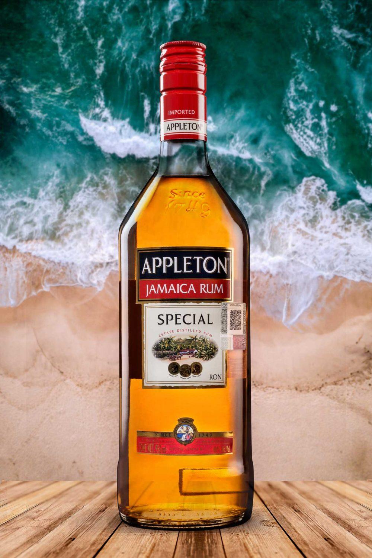 botella ron appleton special sobre fondo de playa