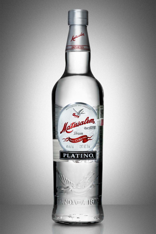botella de ron matusalem blanco sobre fondo gris